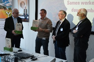 20130327_uitreiking De Groene Bouwsteen door vz jury emile quanjel